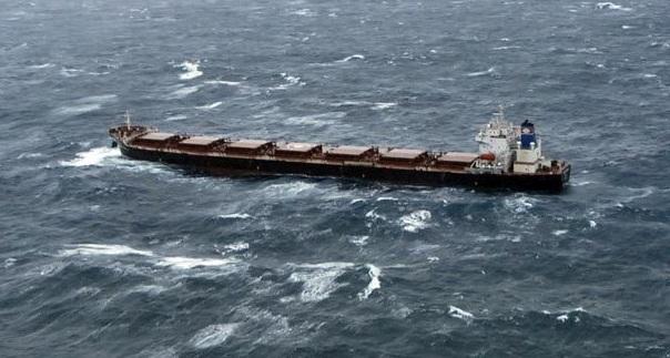Fragtskib i høj sø